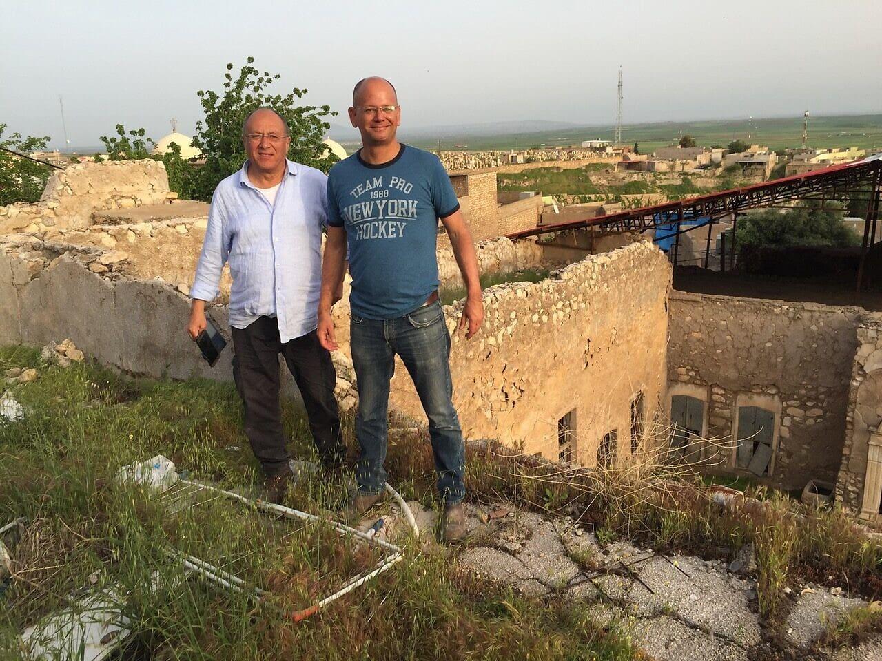 מאיר רונן (מימין) ויעקב שפר במתחם קבר נחום (צילום: באדיבות יעקב שפר)