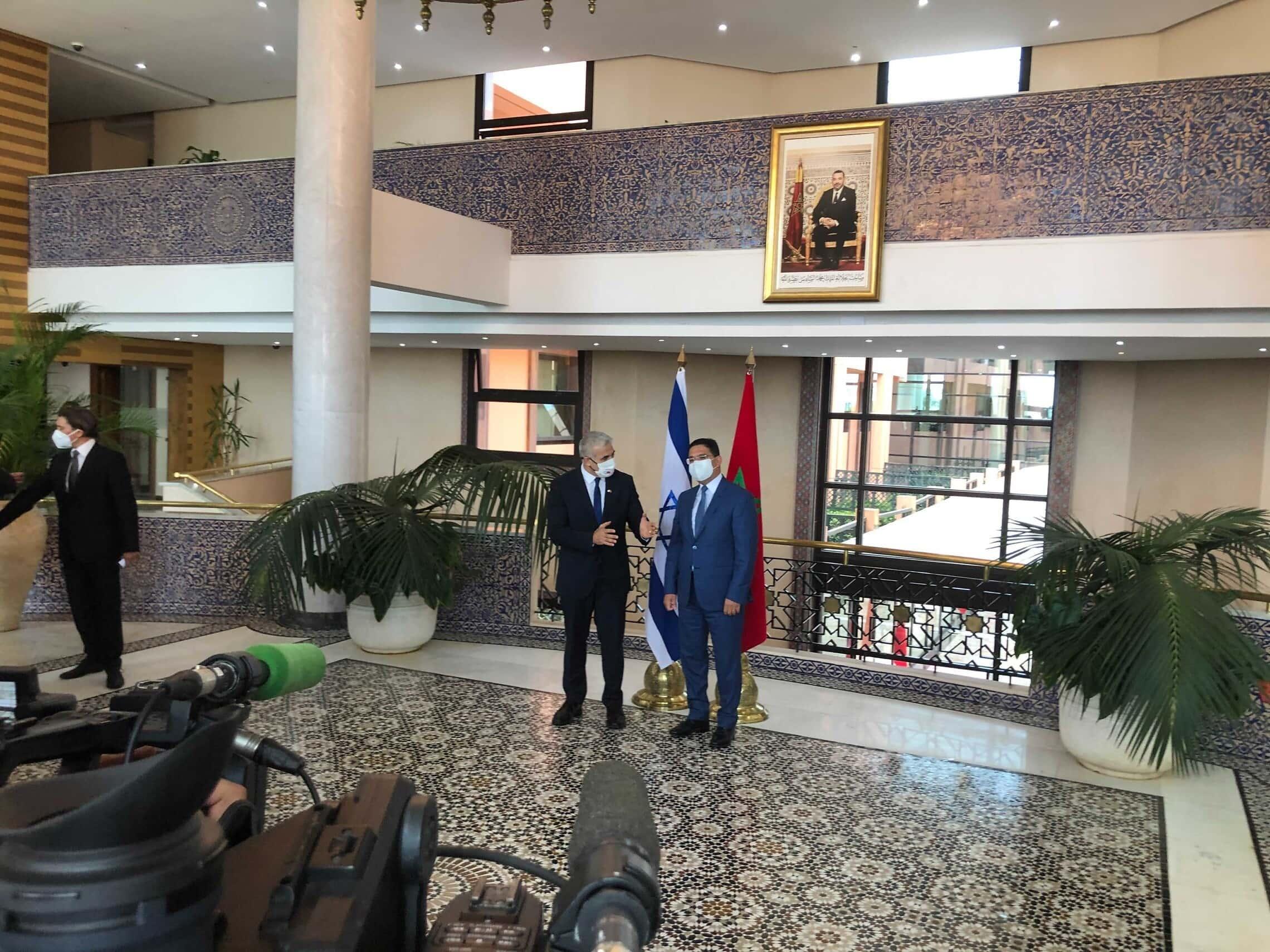 שר החוץ יאיר לפיד ומקבילו המרוקאי נאסר בוריטה ברבאט, 11 באוגוסט 2021 (צילום: לייזר ברמן)
