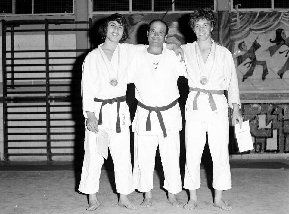 מוריס סמדג'ה, במרכז, עם שני חניכים, 1966 (צילום: נחום עסיס, ויקיפדיה)