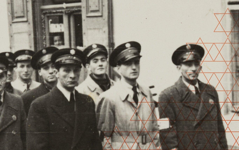 חברי שירות הסדר היהודי בצילום לא מתוארך על עטיפת הספר משטרת גטו ורשה: שירות הסדר היהודי בתקופת הכיבוש הנאצי (צילום: באדיבות ההוצאה לאור של אוניברסיטת קורנל)