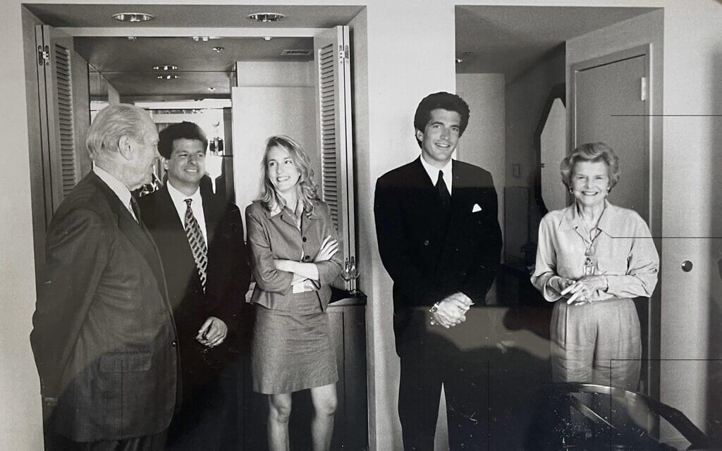 משמאל: נשיא ארצות הברית לשעבר ג'רלד פורד, גארי גינסברג, העיתונאית אליזבת מישל, ג'ון פ' קנדי ג'וניור ובטי פורד בוועידה הרפובליקאית הלאומית ב-1996 (צילום: דייוויד קנרלי / באדיבות גינסברג)