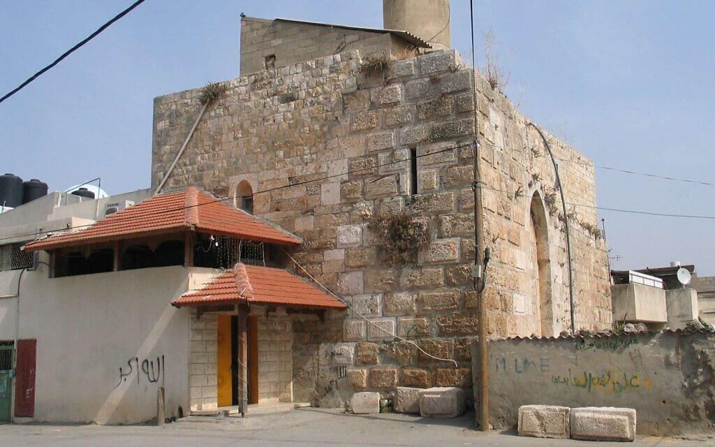 תוספות בנייה בקלנסווה שפולשות לשטח ציבורי בסמוך למסגד עתיק (צילום: ויקיפדיה)