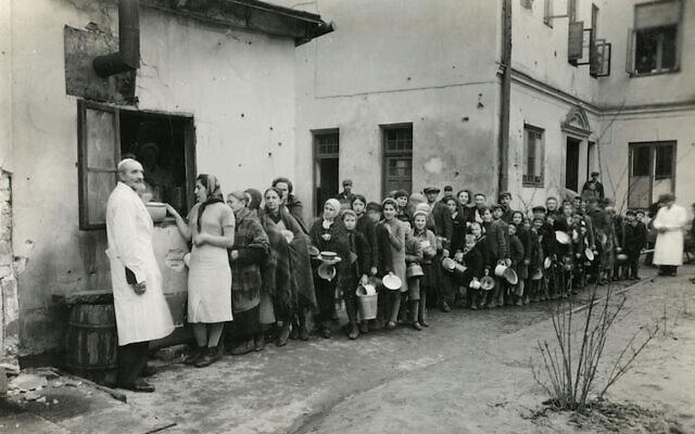 יהודים עומדים בתור בגטו ורשה במהלך מלחמת העולם השנייה (צילום: Courtesy of American Jewish Joint Distribution Committee Archives via JTA)