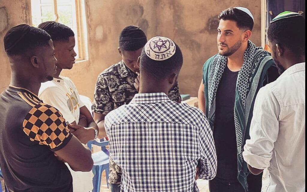 רודי רוכמן מדברים עם צעירים יהודים משבט האיגבו, יולי 2021 (צילום: באדיבות רודי רוכמן)