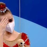 דינה אןןרינה אוחזת בדובי שלה, טוקיו 2021,צילום מסך מהתחרויות.