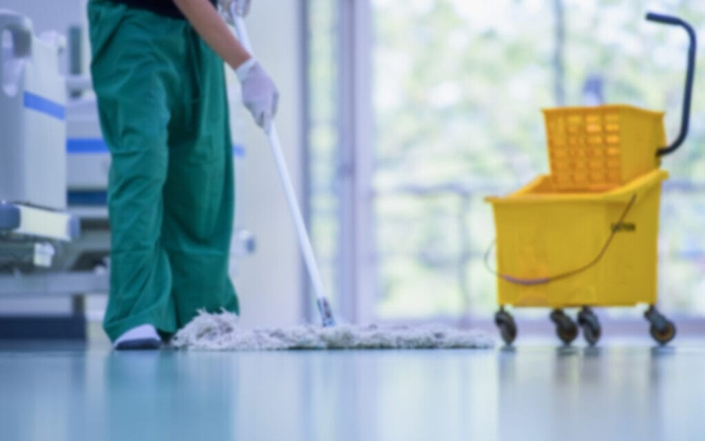 פועל נקיון, אילוסטרציה (צילום: venusvi / iStock)