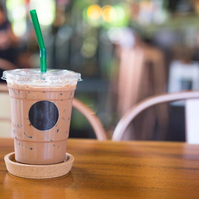 קפה קר מוגש בכוס פלסטיק עם קשית. אילוסטרציה (צילום: iStock)