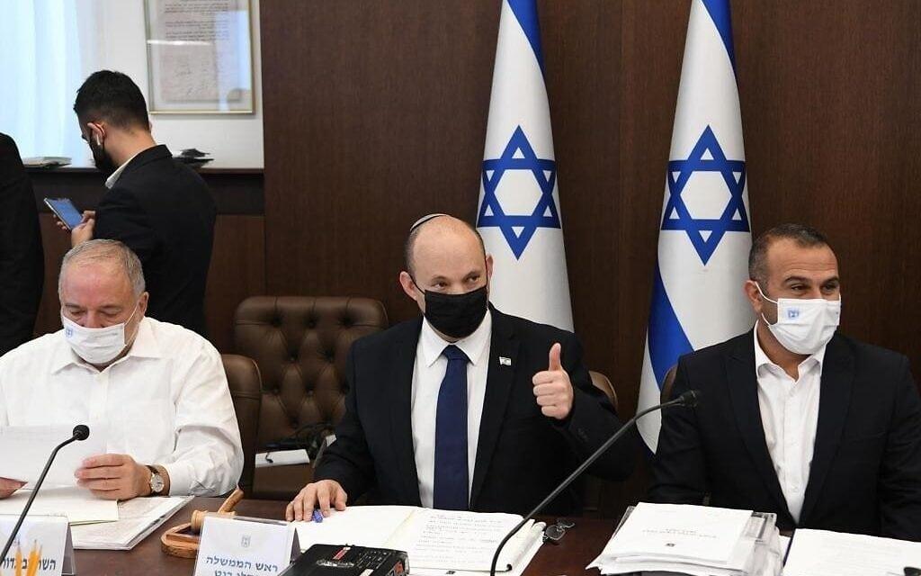 """ראש הממשלה בנט לצד אביגדור ליברמן בישיבת אישור התקציב בממשלה, 2.8.2021 (צילום: עמוס בן גרשום/ לע""""מ)"""
