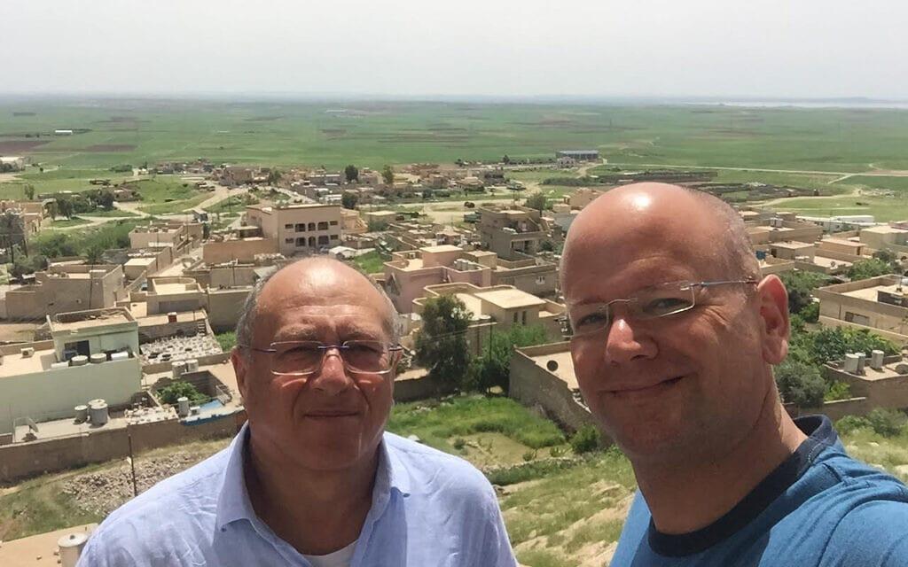 מאיר רונן (מימין) ויעקב שפר באזור קבר נחום באלקוש, עיראק (צילום: מאיר רונן)