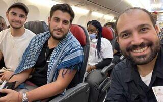 שלושת הקולנוענים הישראלים שהוחזקו בניגריה מצטלמים במטוס אחרי שחרורם, 28 ביולי 2021 (צילום: באדיבות המצולמים)