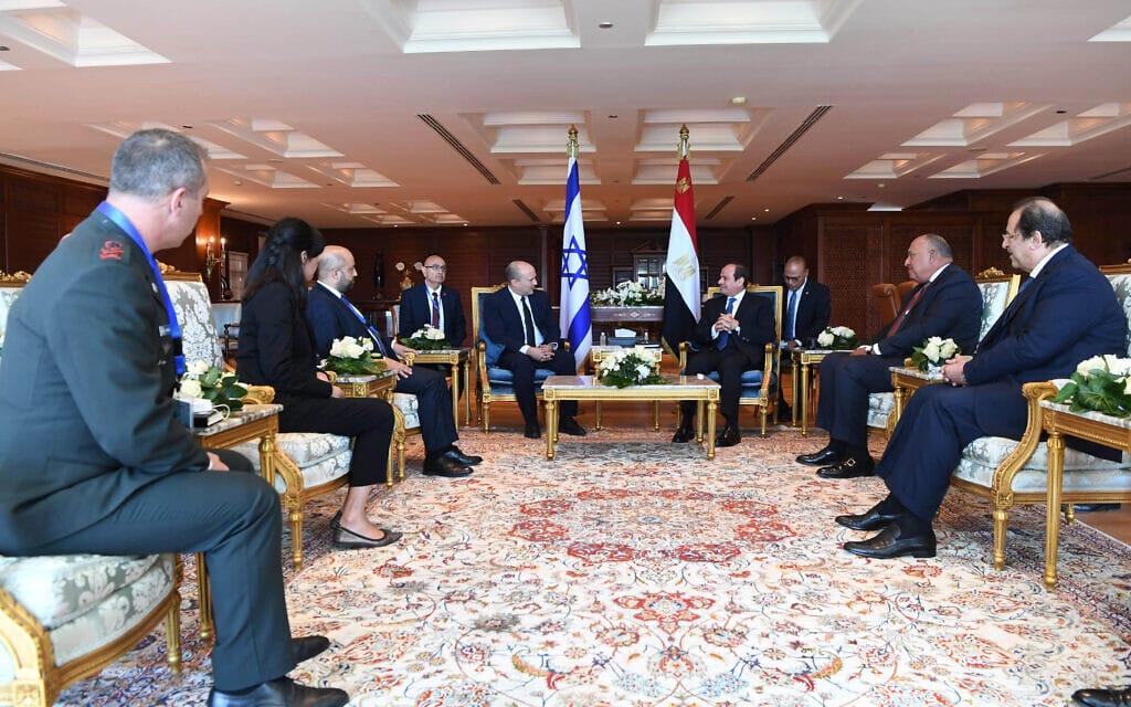 """ראש הממשלה נפתלי בנט ונשיא מצרים עבד אל-פתח א-סיסי ואנשי צוותיהם בשארם א-שייח, 13 בספטמבר 2021 (צילום: קובי גדעון, לע""""מ)"""
