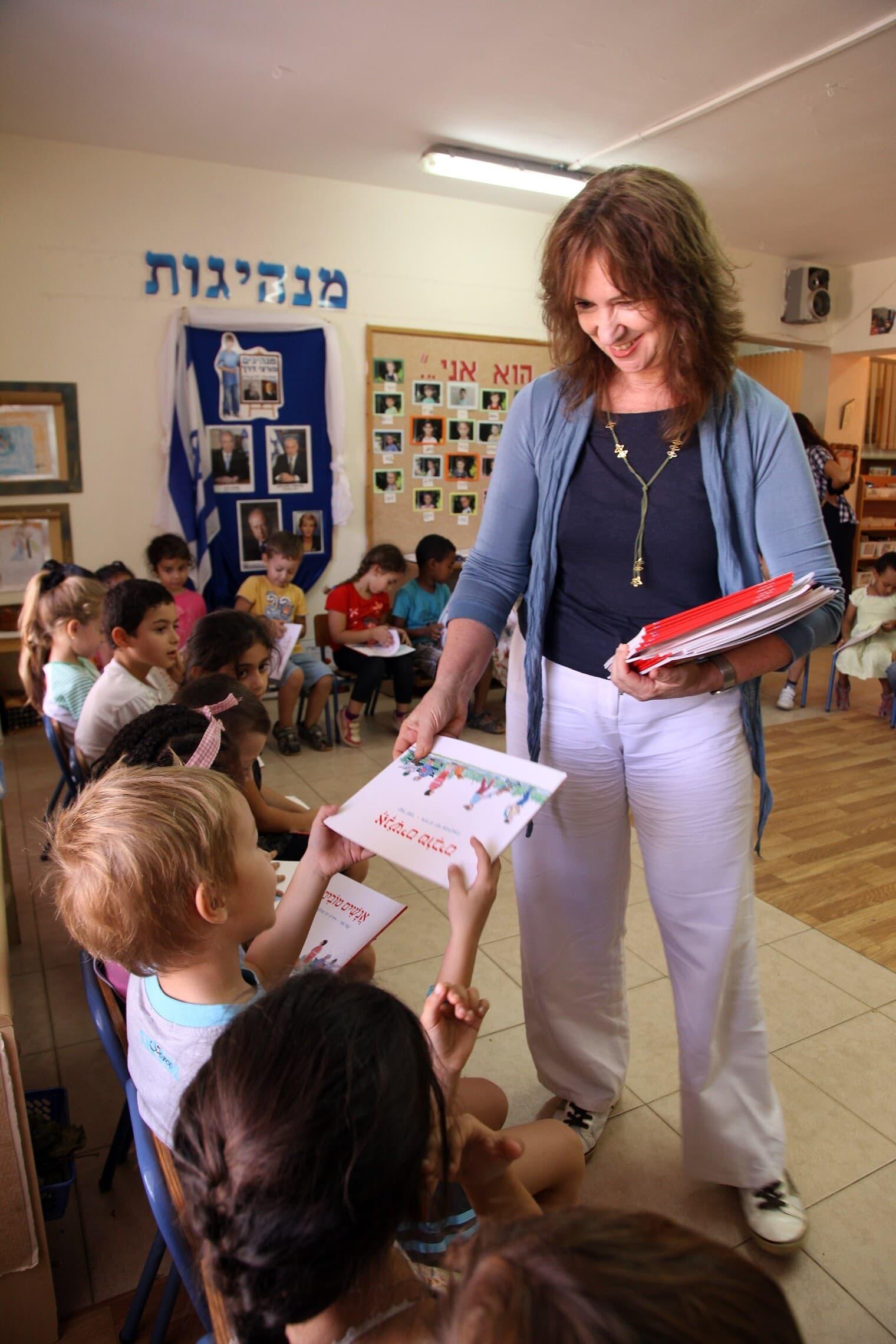 ללי שמר מבקרת בגן בנתניה ומחלקת לילדים ספר המבוסס על השיר 'אנשים טובים' שנכתב על ידי אמה, נעמי שמר, 23 באוקטובר 2012 (צילום: ששון תירם)