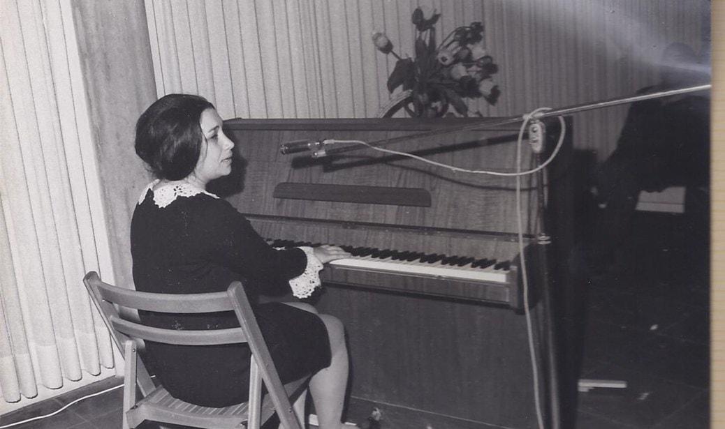 נעמי שמר בהופעה ב-1967