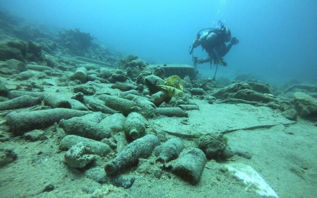 פסולת על קרקעית מפרץ אילת (צילום: עומרי עומסי, רשות הטבע והגנים)