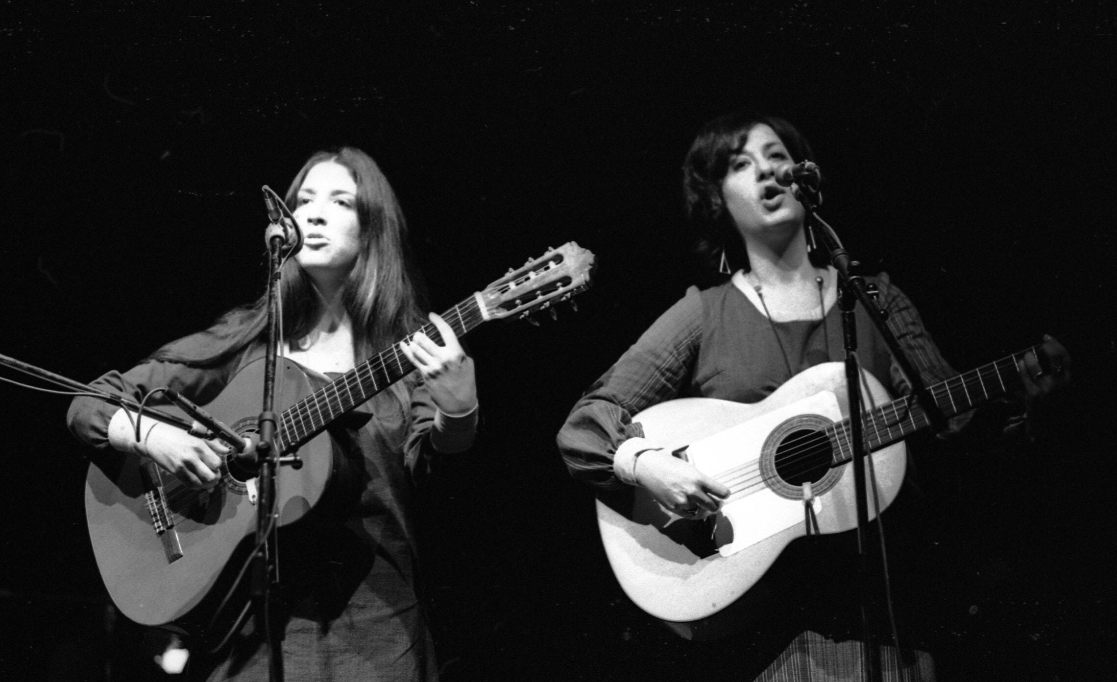 הצמד סוזן ופרן בערב שירי משוררים בבית החייל בתל אביב, 25 בינואר 1972 (צילום: אוסף דן הדני, הספרייה הלאומית)