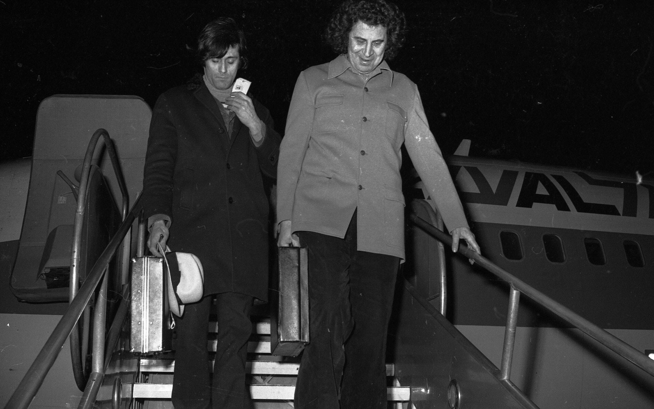 מיקיס תיאודוריקיס יורד ממטוס אל-על בנמל התעופה בן גוריון בעת ביקורו בישראל ב-1973 (צילום: אוסף דן הדני, הספרייה הלאומית)