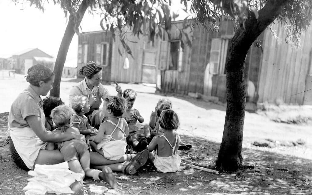 """גן הילדים בקיבוץ גבעת חיים ב-1930 (צילום: זולטן קלוגר/לע""""מ)"""
