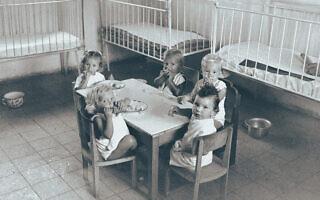 """ילדים בקיבוץ כפר הנשיא ב-1949 (צילום: הוגו מנדלסון/לע""""מ)"""