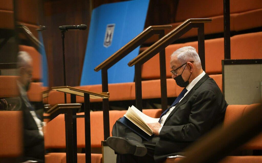 ראש האופוזיציה בנימין נתניהו בבידוד במליאה בעת העברת חוק התקציב בקריאה ראשונה, 2 בספטמבר 2021 (צילום: דוברות הכנסת - נועם מושקוביץ)