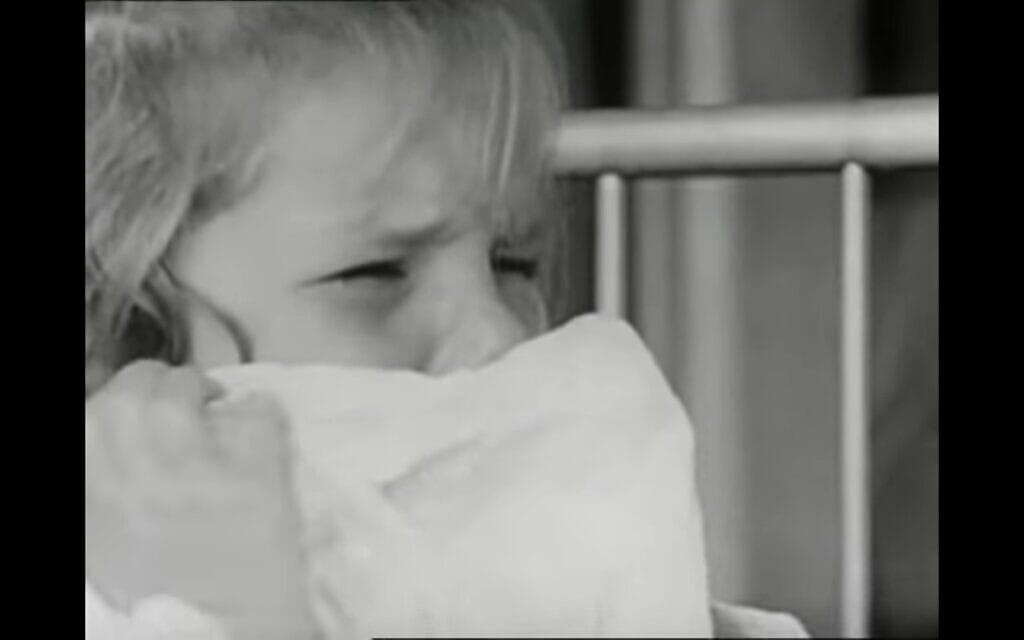 ילדה בת שנתיים מאושפזת לבדה בבית חולים, מסרטי רוברטסון. צילום מסך מסרטון של Concord Media