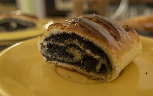 עוגת פרג מקונדיטוריה שקד (צילום: אפרת קרס)