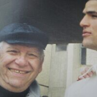 """אורי, הבן של כרמלה כהן שלומי, וסבא יעקב, סיום קורס קצינים, בה""""ד 1, מרץ 2000 (צילום: באדיבות המצולמים)"""