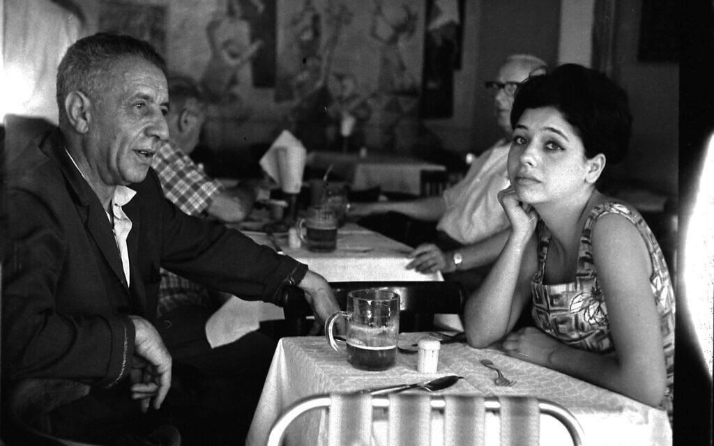 נתן אלתרמן ובתו תרצה אתר בקפה כסית, 1960 (צילום: אברהם ברזילי/אוסף דן הדני, הספרייה הלאומית)