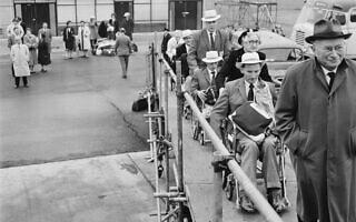 לודוויג גוטמן מוביל את חברי המשלחת הבריטית למשחקים הפראלימפיים בשנת 1962 (צילום: Keystone/Hulton archive/Getty Images)