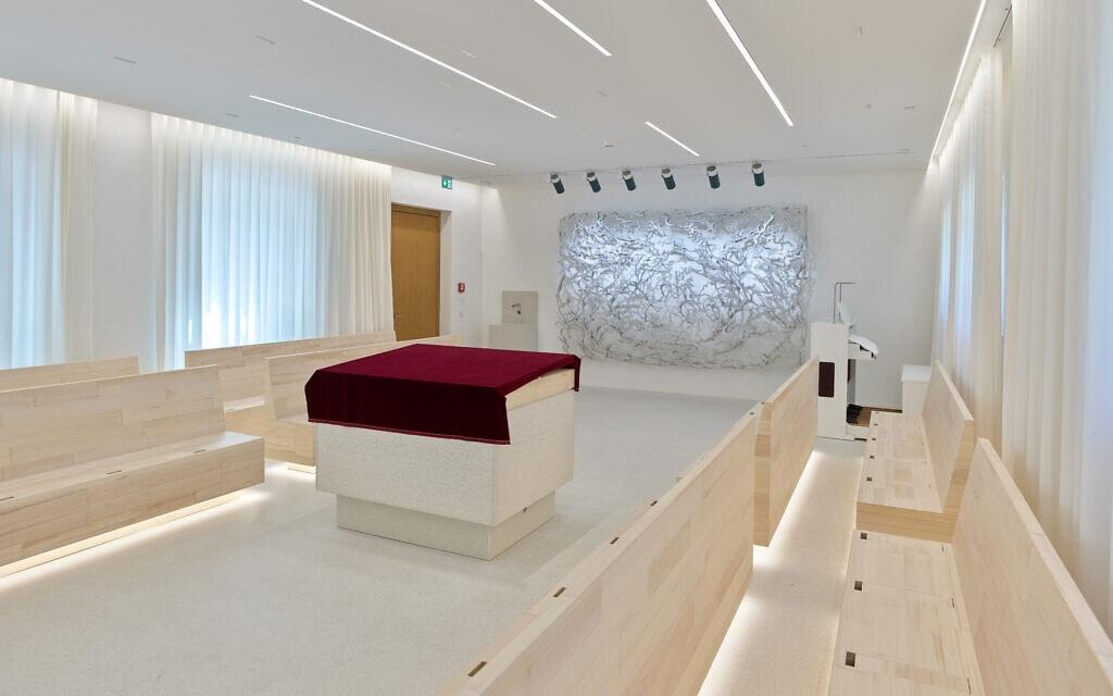 העיצוב המינימליסטי של בית הכנסת בפוטסדאם (צילום: אריק טשרנוב)
