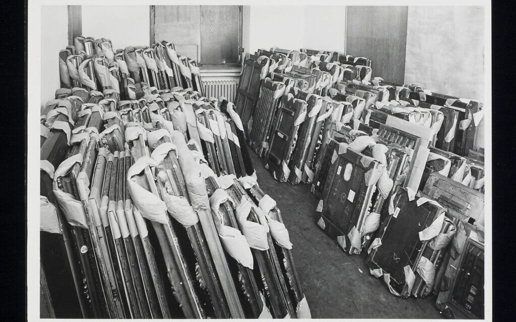 """יוהנס פלברמאייר, """"יצירות אמנות באחסון בנקודת האיסוף המרכזית, מינכן [1945–1949 לערך] (צילום: המוזיאון היהודי)"""
