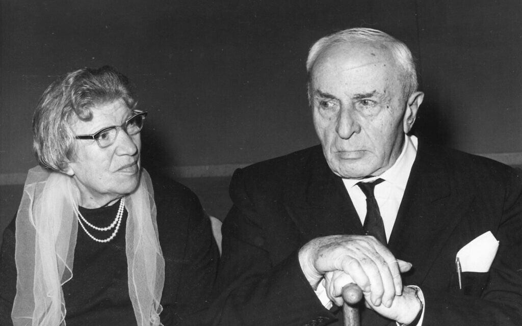 אביגדור המאירי בגיל שמונים, עם אשתו, ב-1969 (צילום: אוסף דן הדני, הספרייה הלאומית)