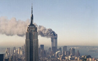 הפיגוע במגדלי התאומים בניו יורק, 11 בספטמבר 2001 (צילום: AP Photo/Marty Lederhandler)