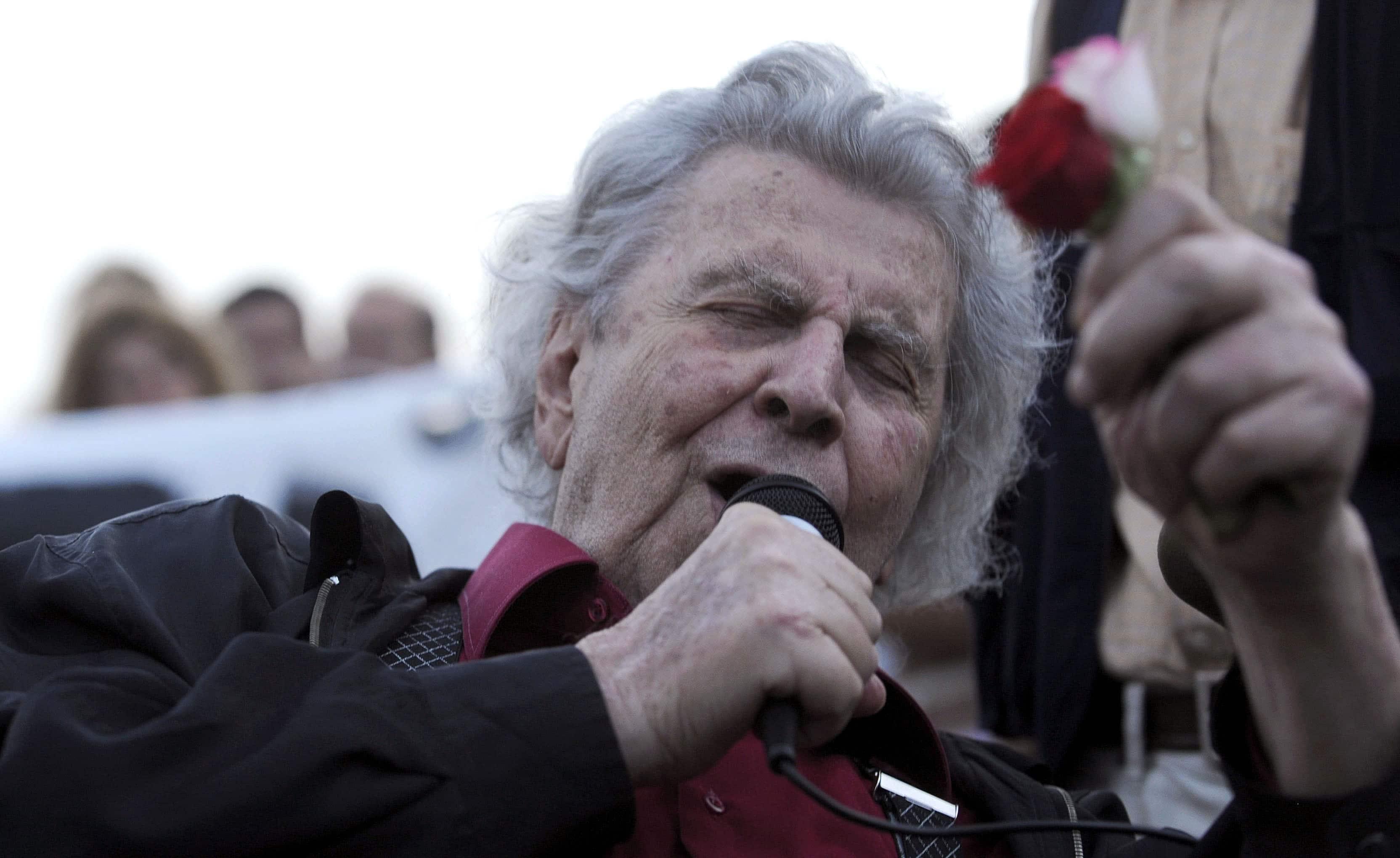 מיקיס תאודוראקיס שר בכיכר אריסטו במהלך עצרת בצפון סלוניקי,8 ביוני 2011 (צילום: AP Photo/Nikolas Giakoumidis)
