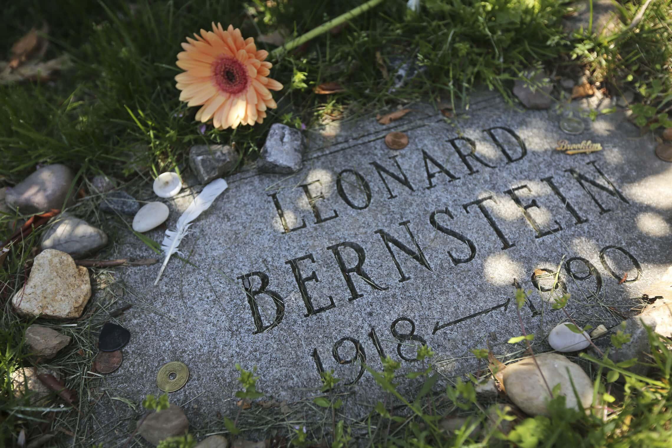 המצבה על קברו של לאונרד ברנשטיין בבית הקברות גרין-ווד בברוקלין, ניו יורק (צילום: AP Photo/Mary Altaffer)