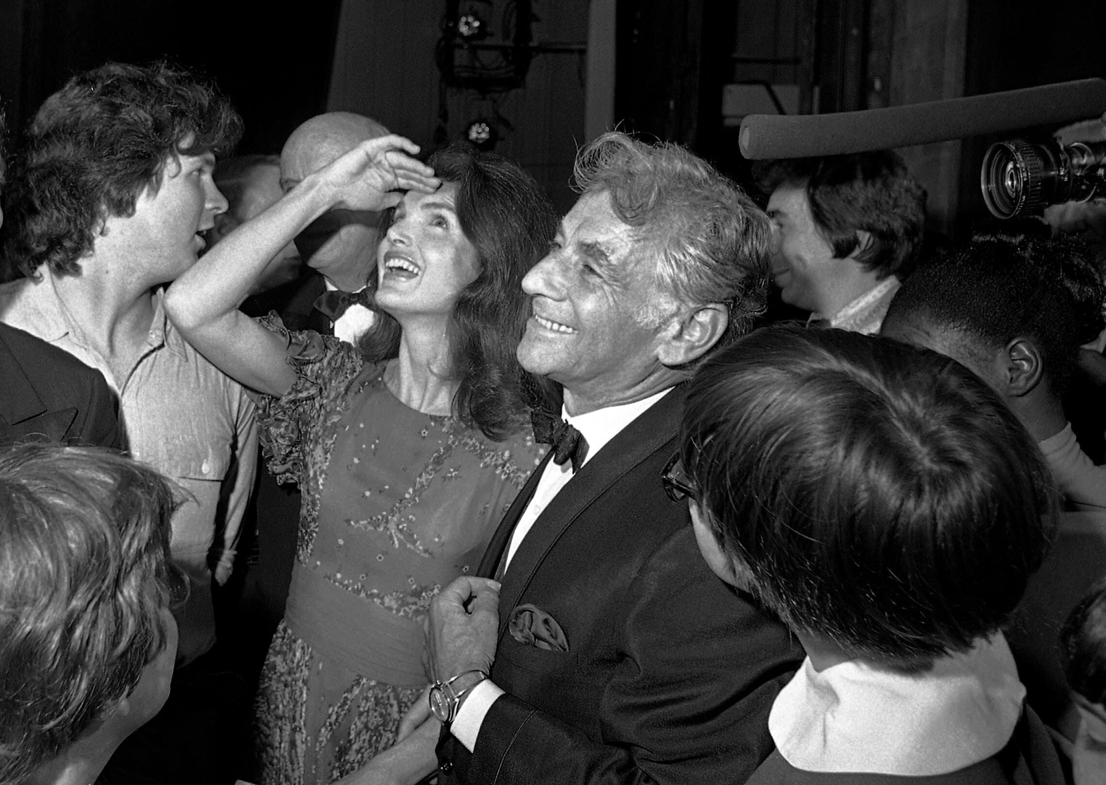 לאונרד ברנשטיין עם ג'קי קנדי אונאסיס ב-1972 (צילום: AP Photo)