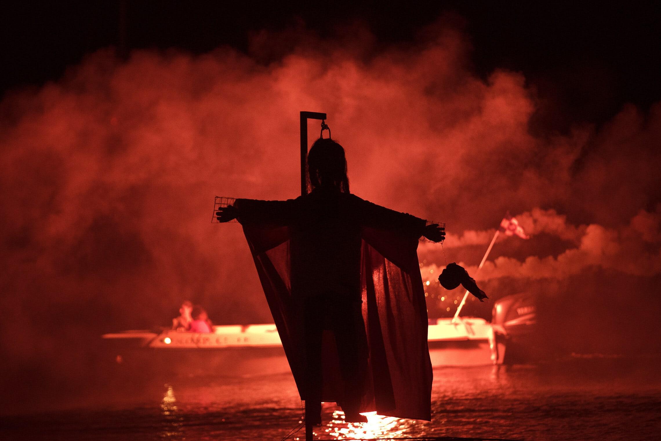 טקס העלאת יהודה איש קריות על המוקד ביוון בחג הפסחא, 8 באפריל 2018 (צילום: AP Photo/Petros Giannakouris)