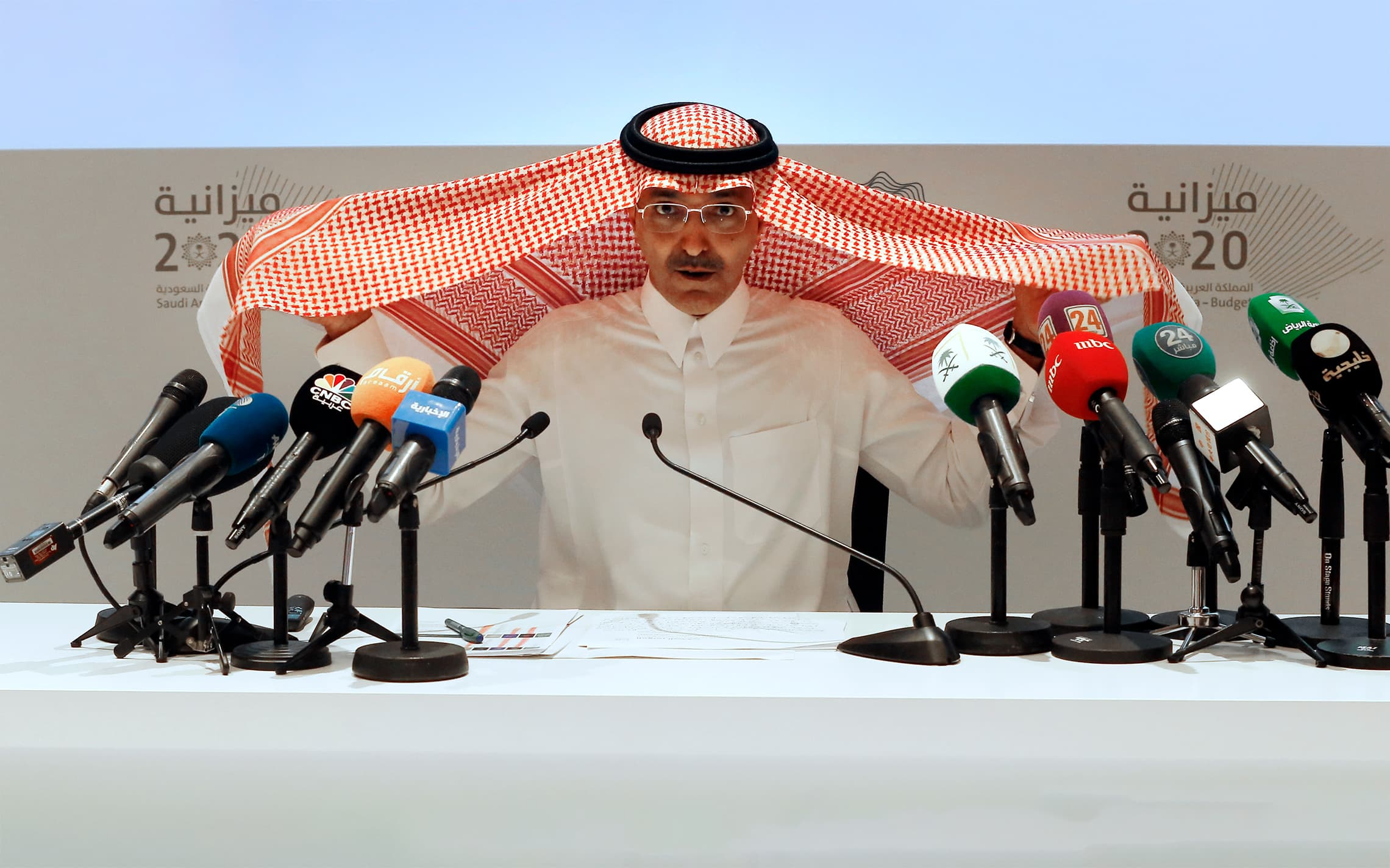 שר האוצר של ערב הסעודית מסדר את הכאפייה שלו במהלך מסיבת עיתונאים בריאד, 9 בדצמבר 2019 (צילום: AP Photo/Amr Nabil)