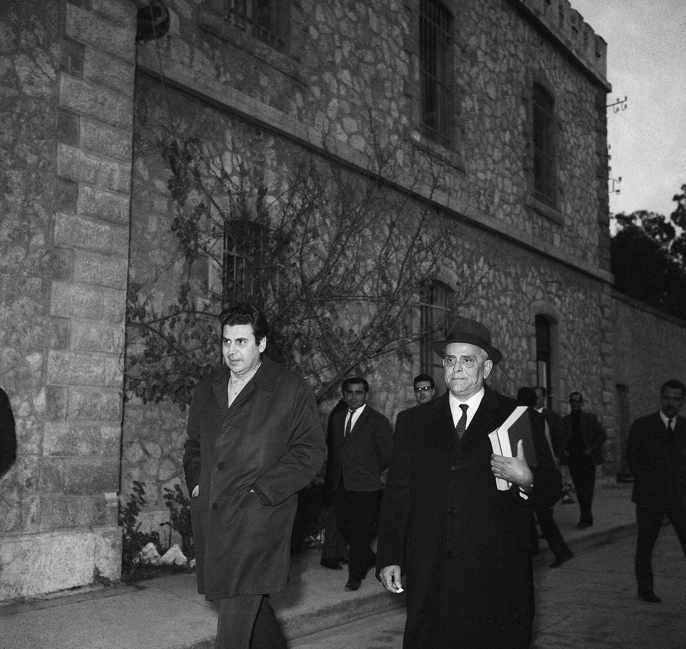מיקיס תאודוראקיס, משמאל, נלקח למעצר בדצמבר 1967 (צילום: AP Photo)
