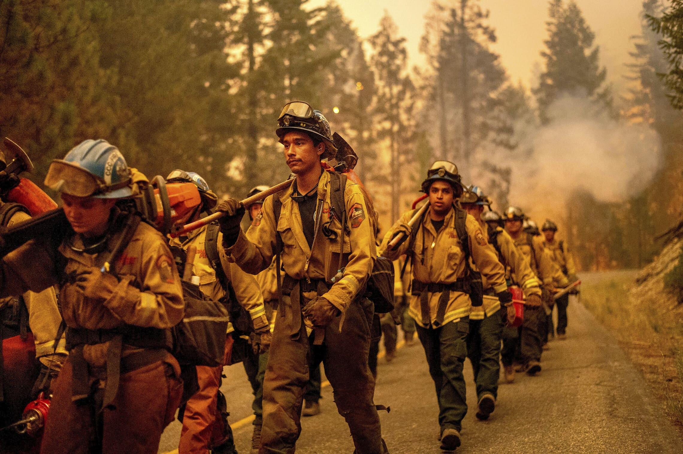 לוחמי אש בקליפורניה במהלך גל השרפות שם ביולי 2021 (צילום: AP Photo/Noah Berger)
