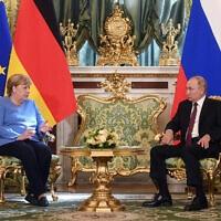 ולדימיר פוטין ואנגלה מרקל בפגישה בקרמלין, אוגוסט 2021 (צילום: Evgeny Odinokov, Sputnik, Kremlin Pool Photo via AP)