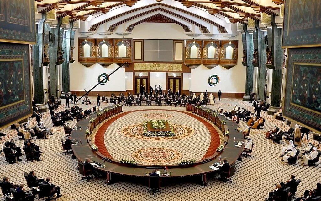 מנהיגים מהמזרח התיכון ונשיא צרפת עמנואל מקרון בכנס בגדאד לשיתוף פעולה, 28 באוגוסט 2021 (צילום: Iraqi Prime Minister Media Office, via AP)