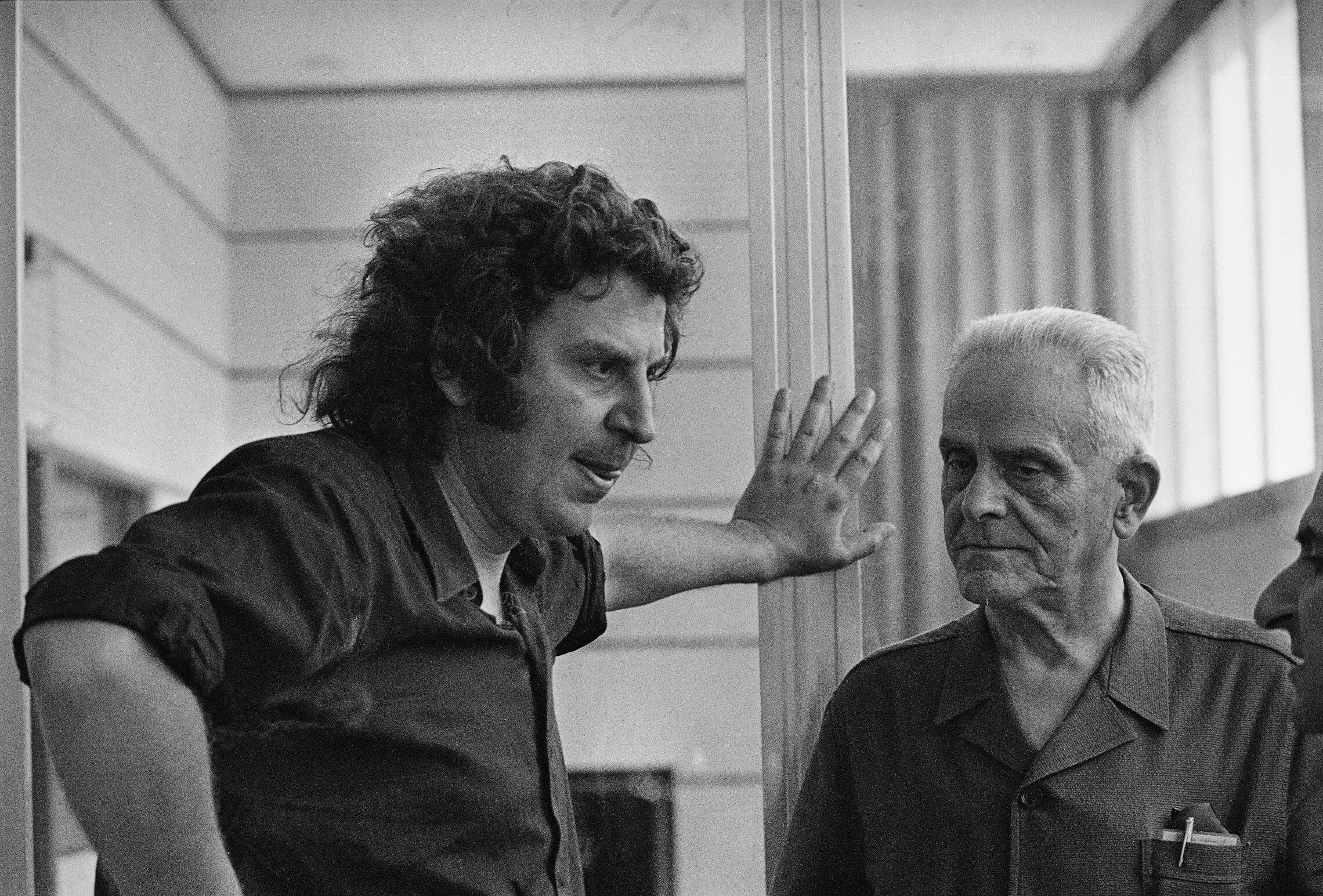 מיקיס תאודוראקיס, משמאל, עם אביו גריגוריס ב-1974 (צילום: AP Photo/Aristotle Saris)