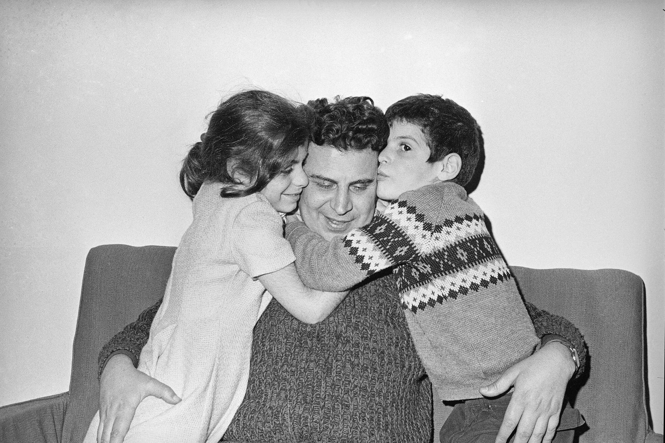 מיקיס תאודוראקיס עם שני ילדיו ב-1968 (צילום: AP Photo)