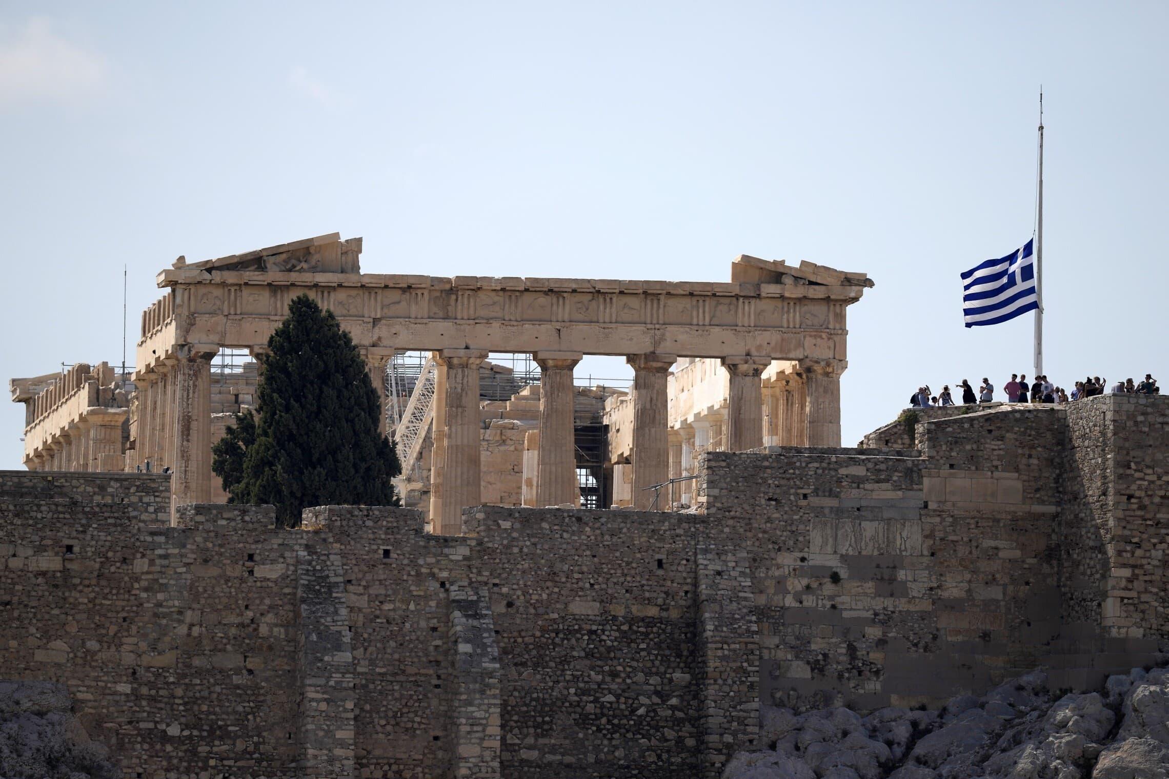 דגל יוון בחתי התורן מול הפרתנון באתונה, לרגל מותו של מיקיס תאודוראקיס, 2 בספטמבר 2021 (צילום: AP Photo/Thanassis Stavrakis)