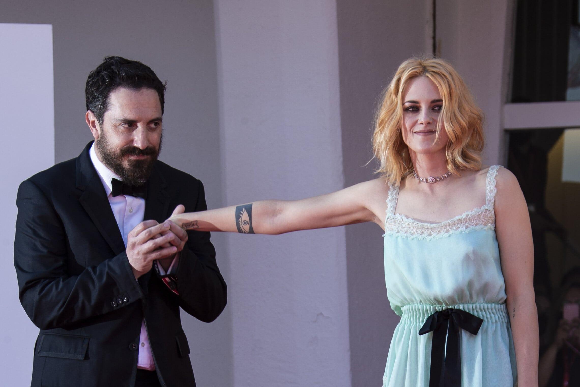 """קריסטן סטיוארט והבמאי פבלו לוריין, בהקרנת הבכורה של """"ספנסר"""" בפסטיבל ונציה, 3 בספטמבר 2021 (צילום: Joel C Ryan/Invision/AP)"""