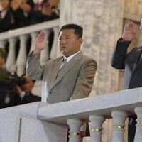 קים ג'ונג-און מנופף מהמרפסת בחגיגות 73 שנה לצפון קוריאה, 9.9.2021 (צילום: Korean Central News Agency)