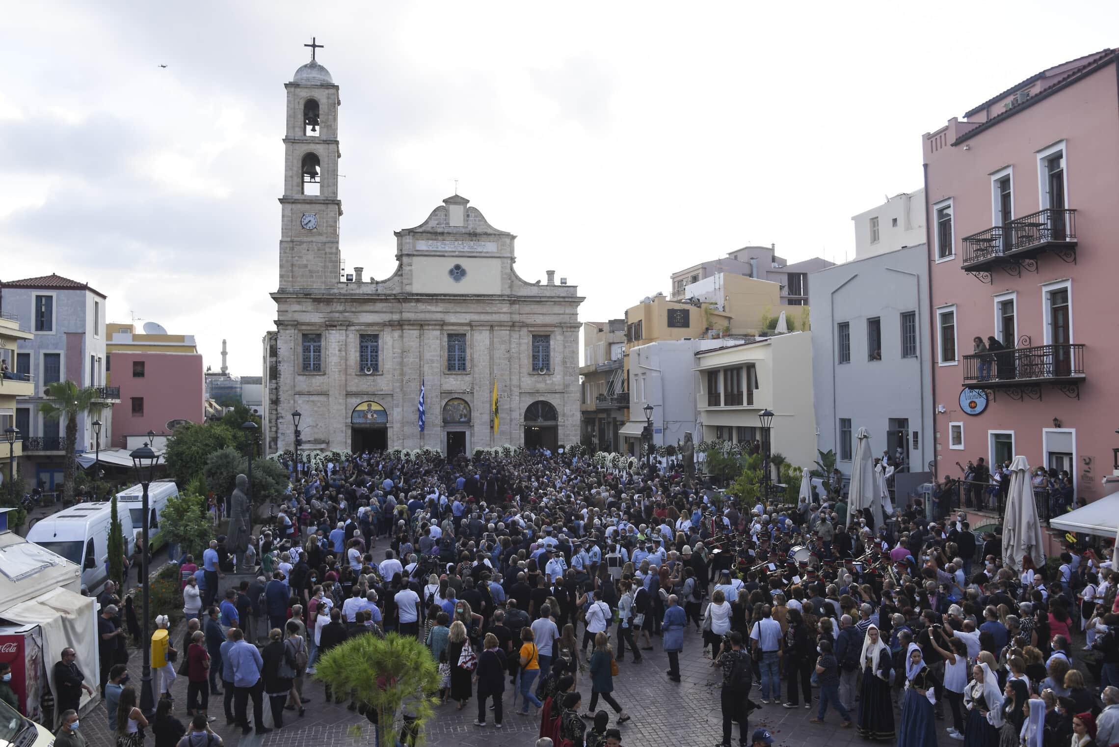 הקהל נאסף מחוץ לכנסייה בכרתים לקראת טקס האשכבה של מיקיס תאודוראקיס, 9 בספטמבר 2021 (צילום: AP Photo/Harry Nakos)