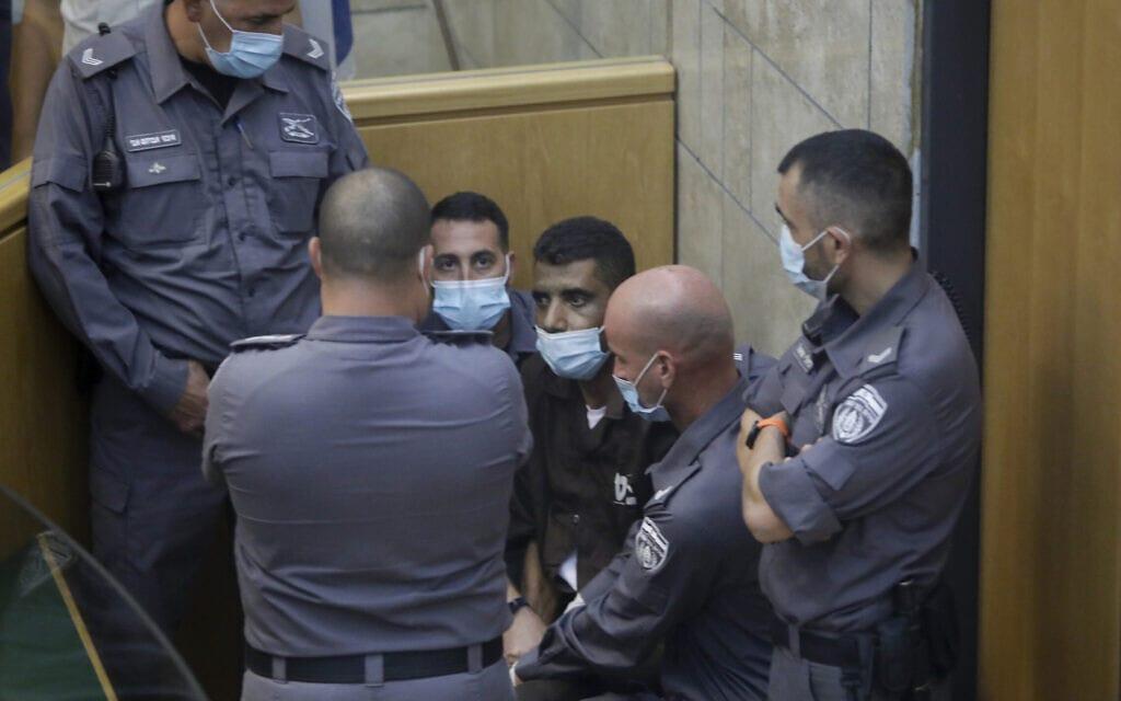 זכריה זביידי בבית המשפט בדיון להארכת מעצרו, אחרי שנתפס חמישה ימים לאחר בריחתו מכלא גלבוע, 11 בספטמבר 2021 (צילום: AP Photo/Sebastian Scheiner)
