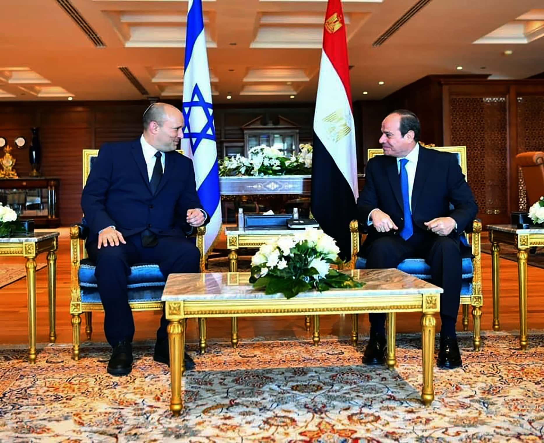 ראש הממשלה נפתלי בנט ונשיא מצרים עבד אל-פתח א-סיסי בשארם א-שייח, 13 בספטמבר 2021 (צילום: Egyptian Presidency Media office via AP)