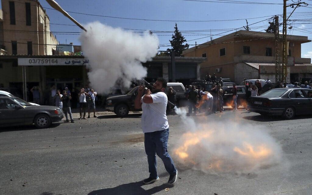 תומך חזבאללה יורה מרגמה באוויר בחגיגות לרגל הגעת מכליות הנפט מאיראן לעיר בעלבכ, 16 בספטמבר 2021 (צילום: AP Photo/Bilal Hussein)